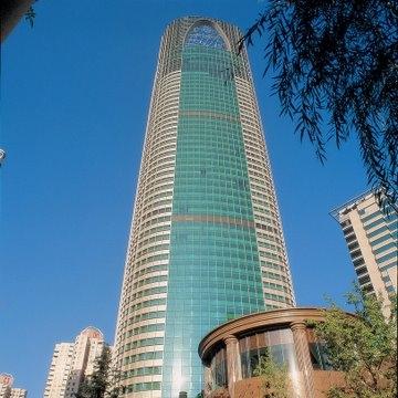 位于卢湾区,酒店高52层,将城市景观尽收眼底